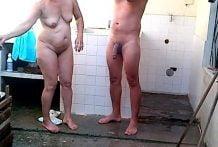 Madura se baña y coje al tiempo con su amigo