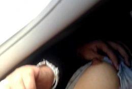 mostrando teta en el avion buena calidad