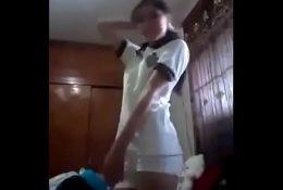 Me envía vídeo desnudandose de colegial